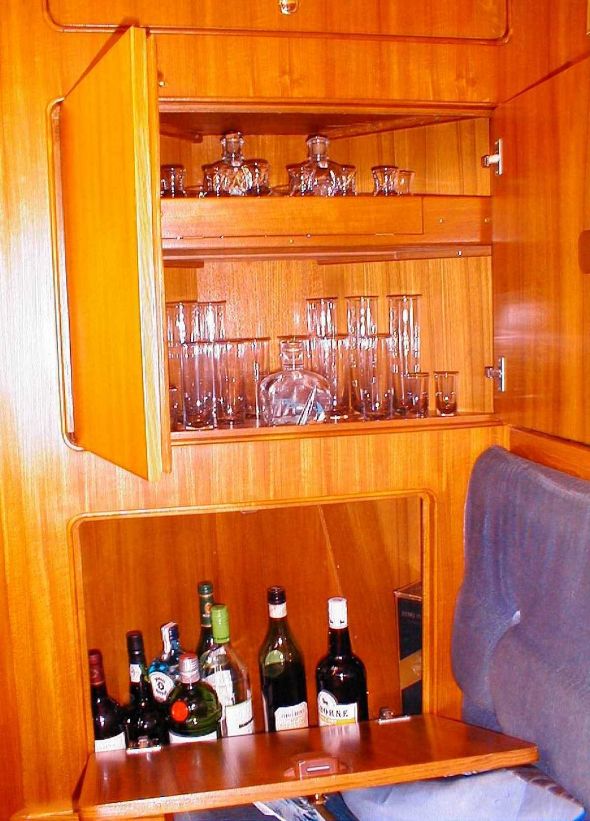 Hallig-43-Gläserfach-Bar.jpg